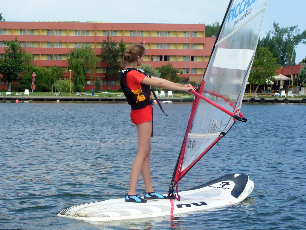 L'apprentissage du Windsurf sur un lac, par exemple