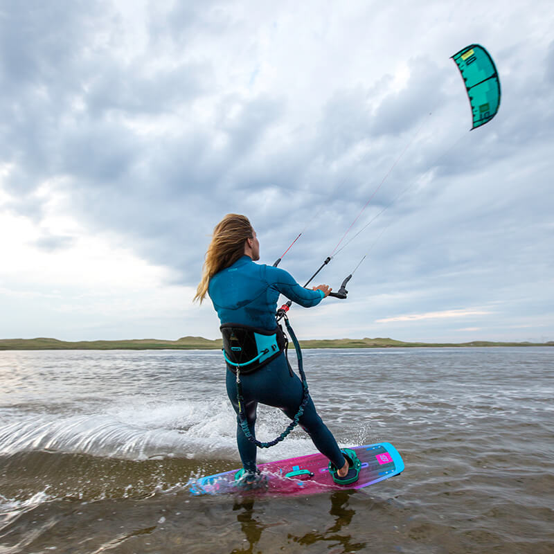 Action-fille-kitesurf-North